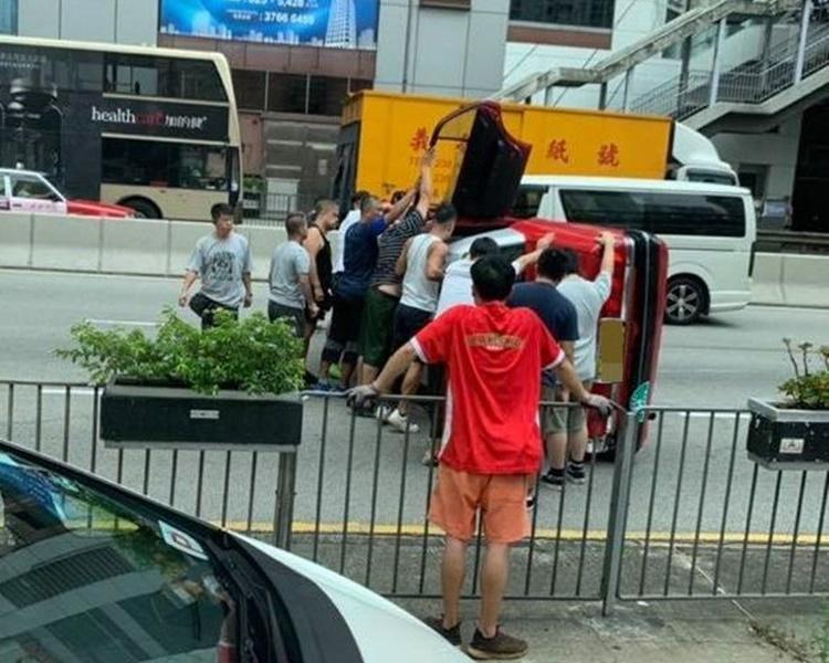 逾10大漢見義勇為穩定車身助救人。圖:網民Kary Chu香港突發事故報料區