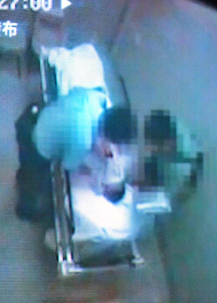 醫院閉路電視拍下事主遭警員連環虐打。