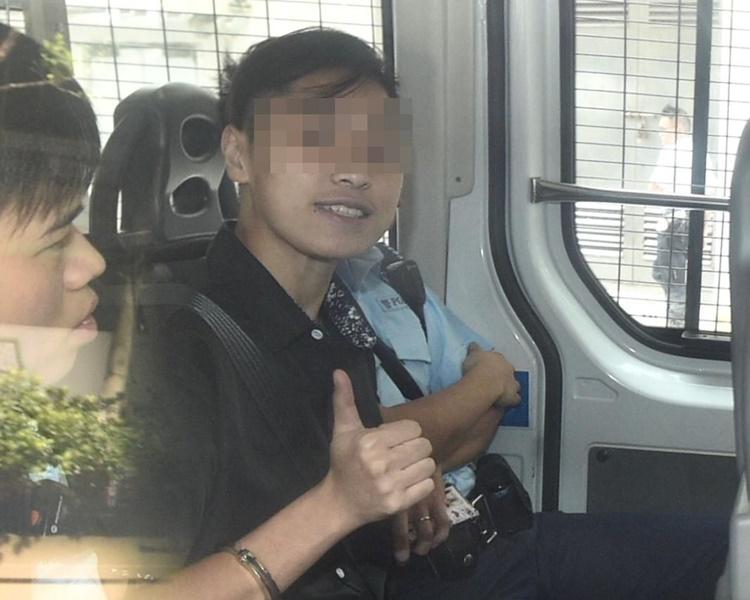 畢慧芬被控多罪由警車押上庭。