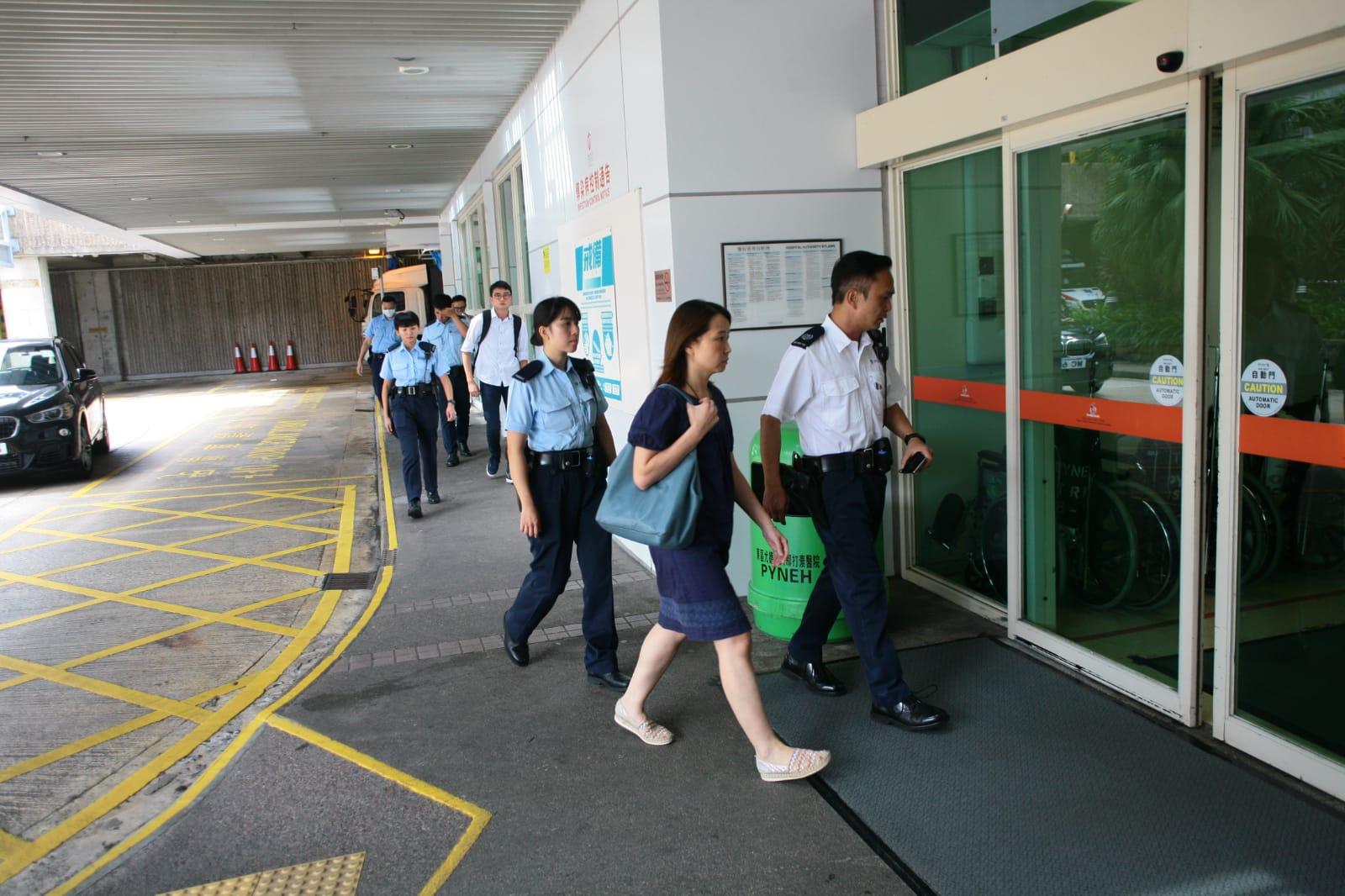 2男1女家屬由警員陪同到東區醫院認屍。