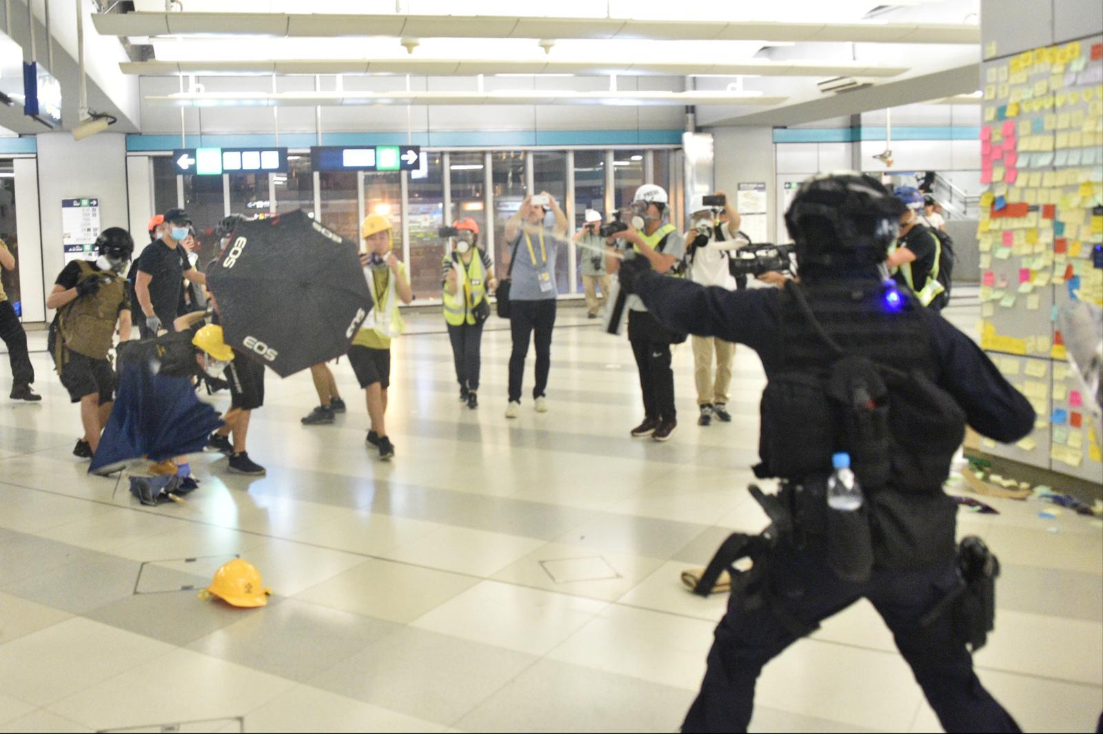 警方與示威者在元朗站爆發衝突。資料圖片