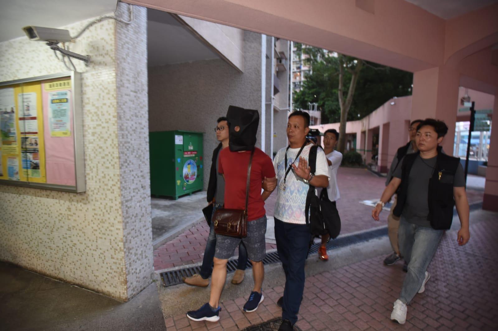 警方傍晚將疑犯押解至頌明苑嘉明閣搜屋。
