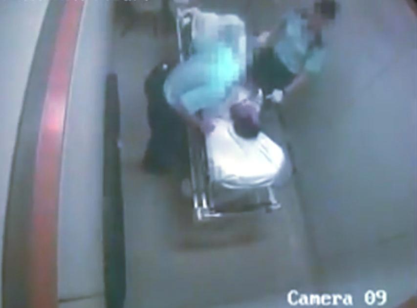 警員涉在醫院毆打被扣留男子。林卓廷提供影片截圖