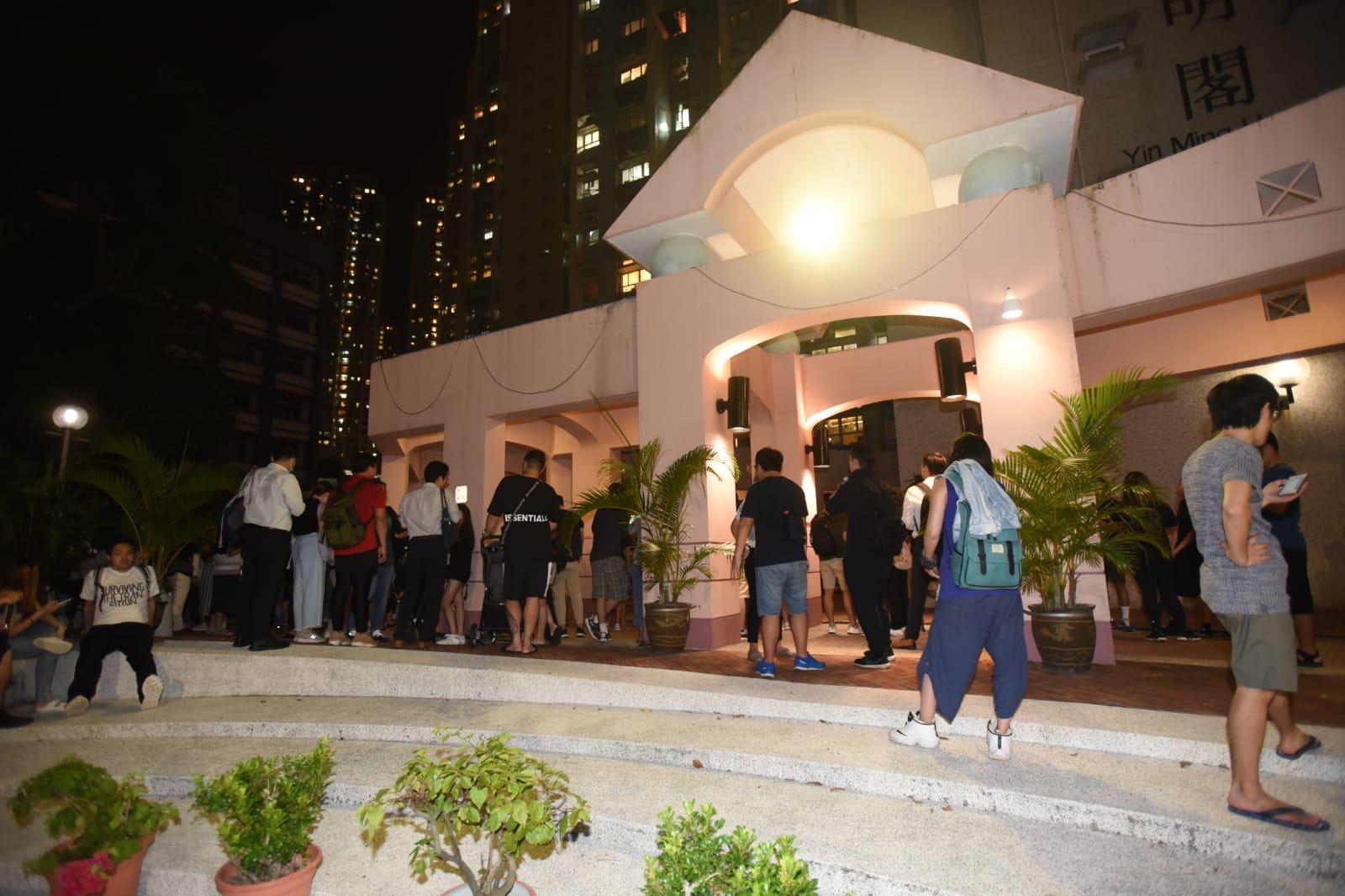 過百名頌明苑居民要求解釋為何疑犯可以逃入大廈。