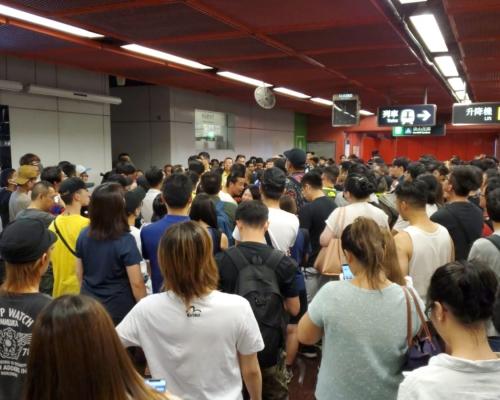 逾百人包圍太古站控制室促交代811警員入站追捕事件