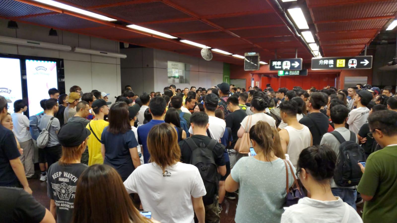 港鐵太古站昨晚有逾百人包圍車站控制室。