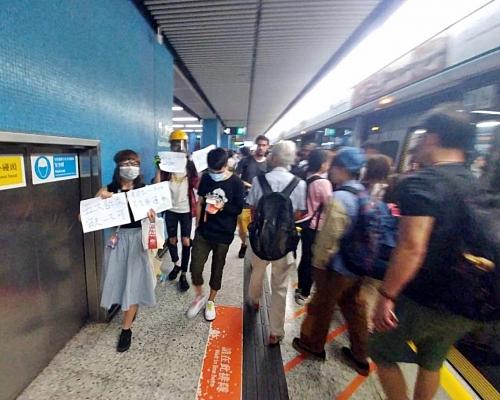 【元朗暴力】市民九龍塘站叫口號舉標語 列車服務未受阻