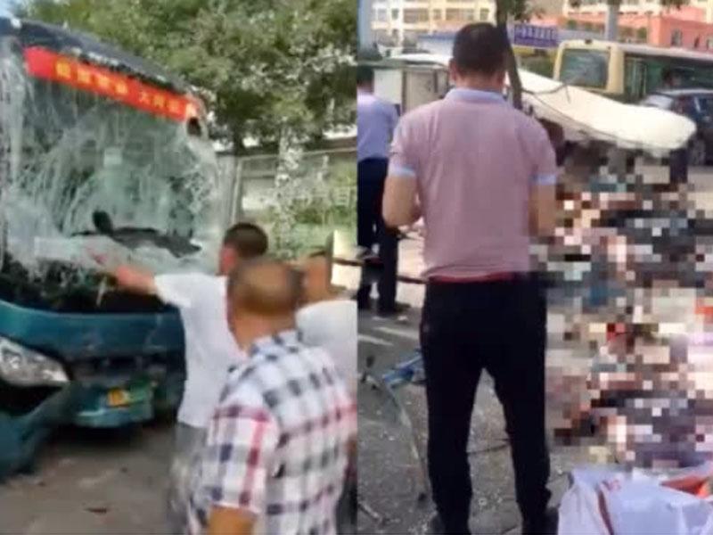 從現場可見旅遊巴車頭嚴重損毀凹陷,擋風玻璃碎裂,多人受傷倒地,地上滿布血漬,場面非常慘烈。(網圖)