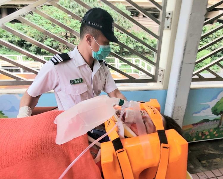 女子由救護車送往伊利沙伯醫院治理。林思明攝