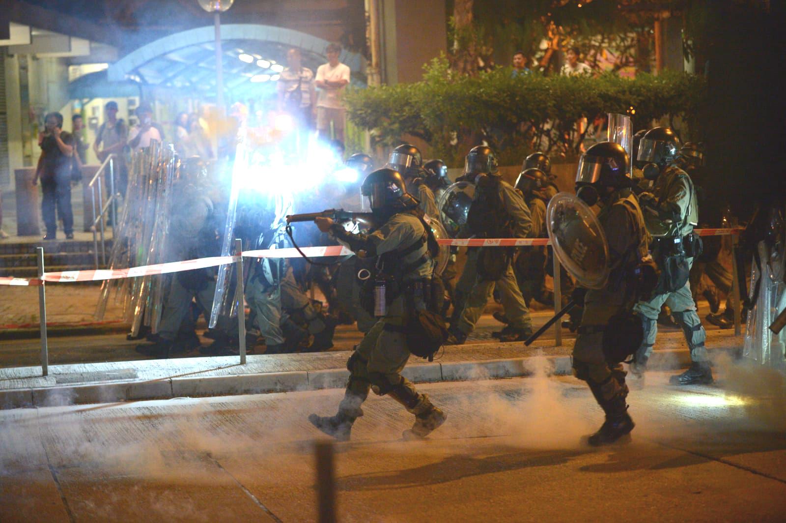 防暴警察發射催淚彈驅散示威者。資料圖片