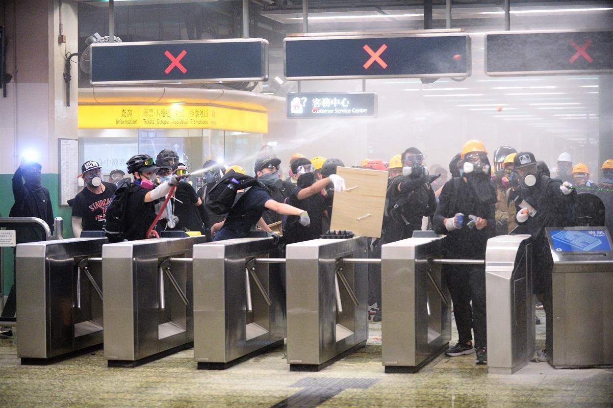示威者使用滅火筒噴射警員。資料圖片