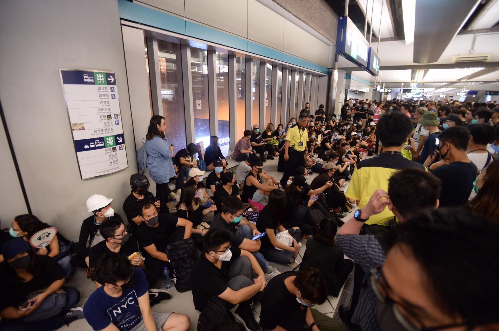 【元朗暴力】市民元朗西鐵站靜坐 商店提早關門