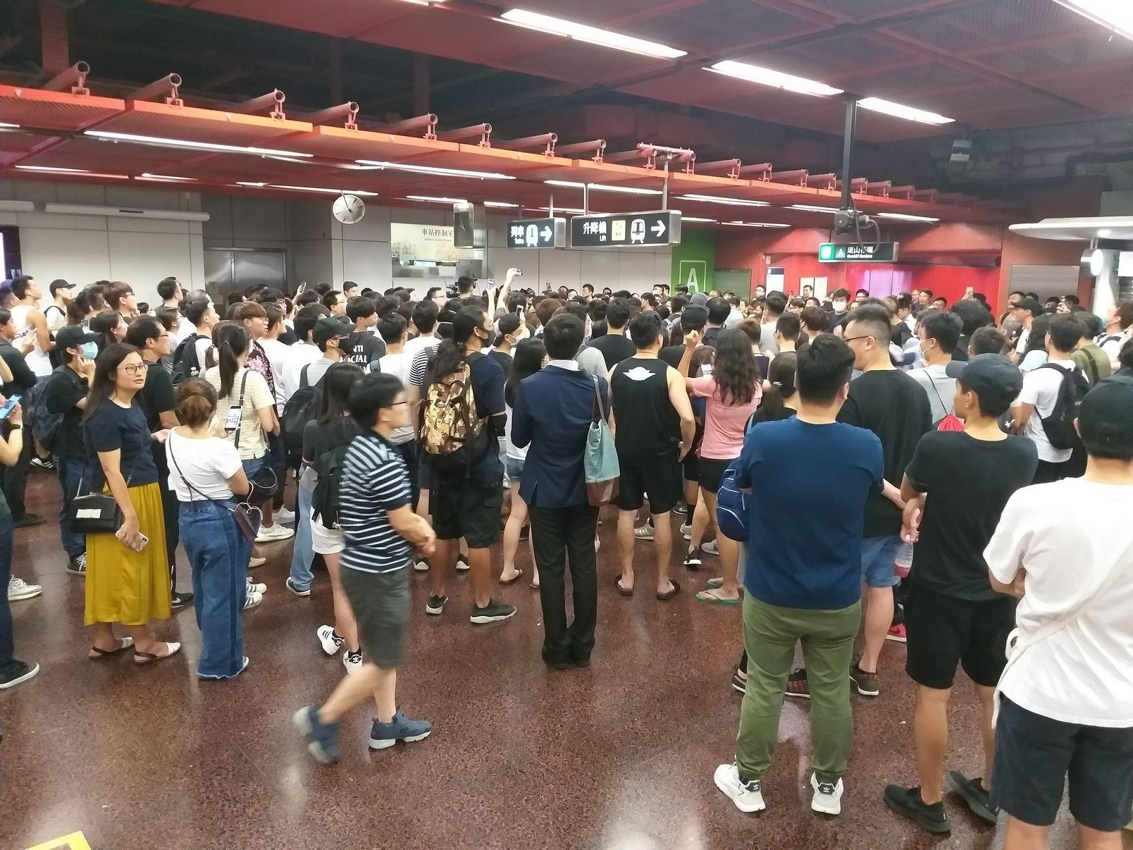 有市民近日分別到葵芳站及太古站聚集。資料圖片