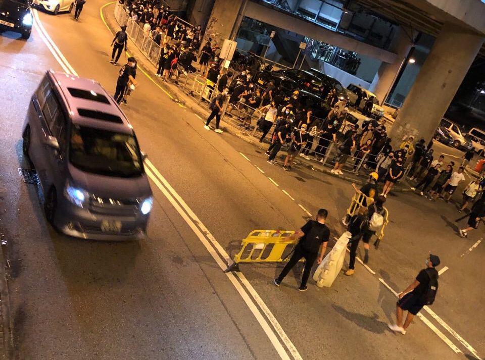 有示威者以水馬及雜物堵塞元朗舊墟路的路口。網民圖片