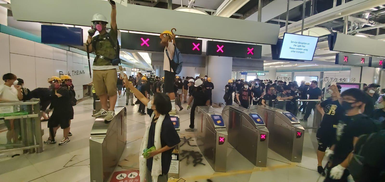 【元朗暴力】示威者西鐵站內築防線及噴滅火筒 警方:使用最低武力驅散