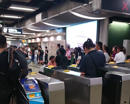【逃犯條例】葵芳站人群聚集不滿警方執法 有人嘗試堵塞入閘機