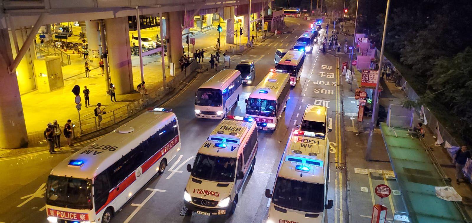 晚上近11時半,警車回到元朗西鐵站外天橋底增援。