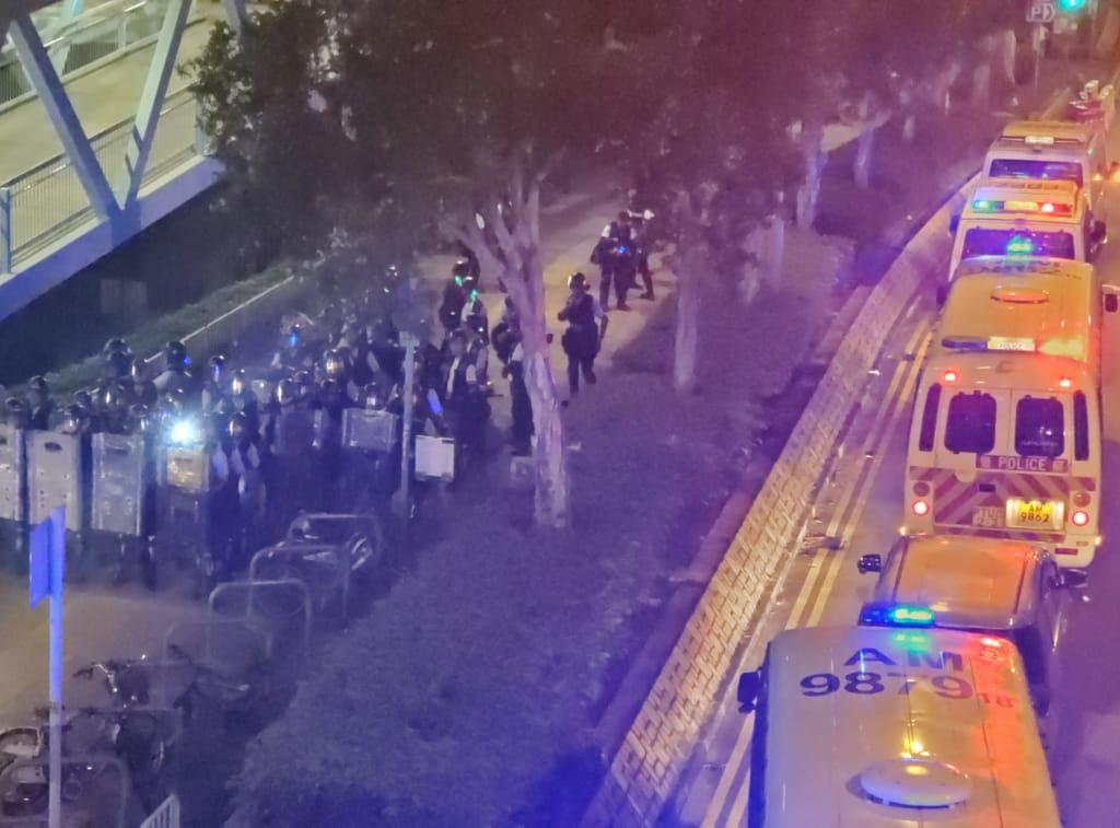 晚上近11時半,防暴警在路上布防。