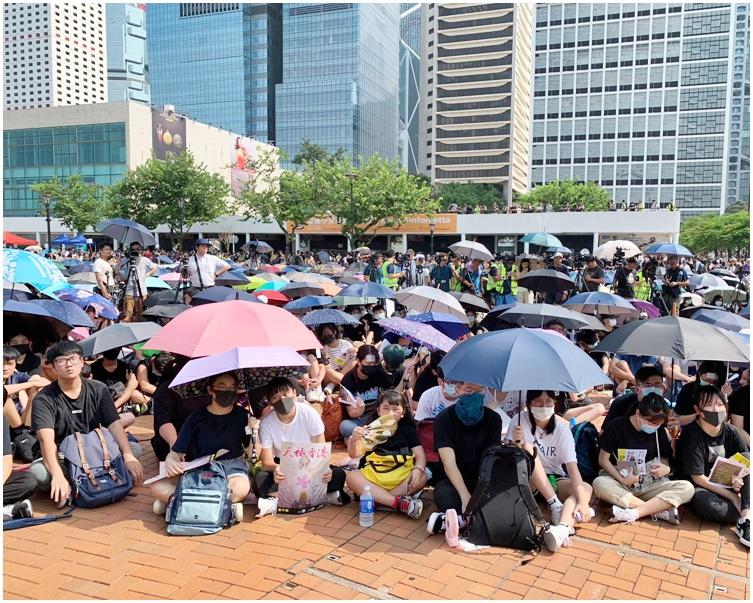 集會於下午3時舉行,參加者大都穿上黑衣。