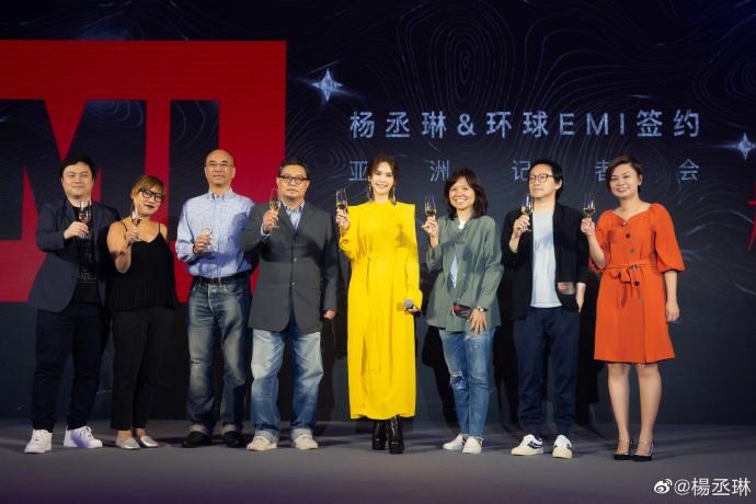 楊丞琳與工作人員。網圖