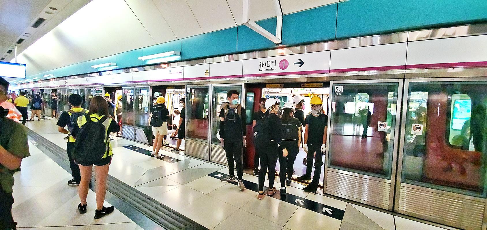 示威者昨晚乘港鐵全身而退。