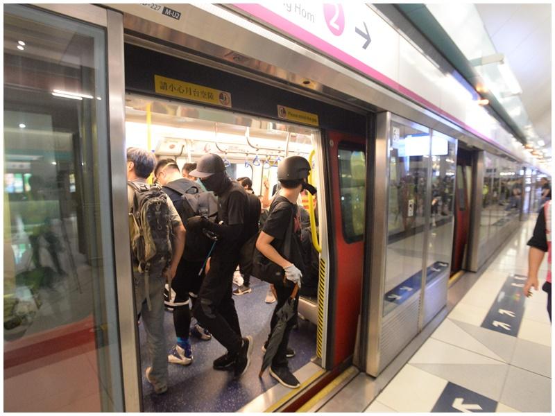港鐵指安全情況下盡可能提供列車接載滯留乘客。資料圖片