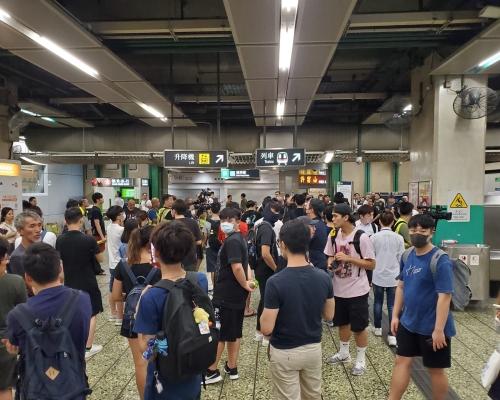 有黑衣人到葵芳站示威 有人報稱被打
