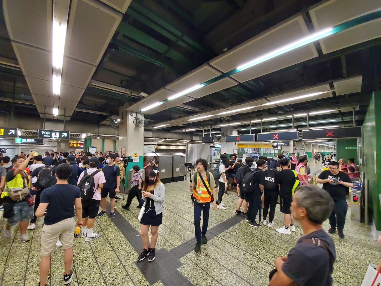葵芳站晚上再有人群聚集。