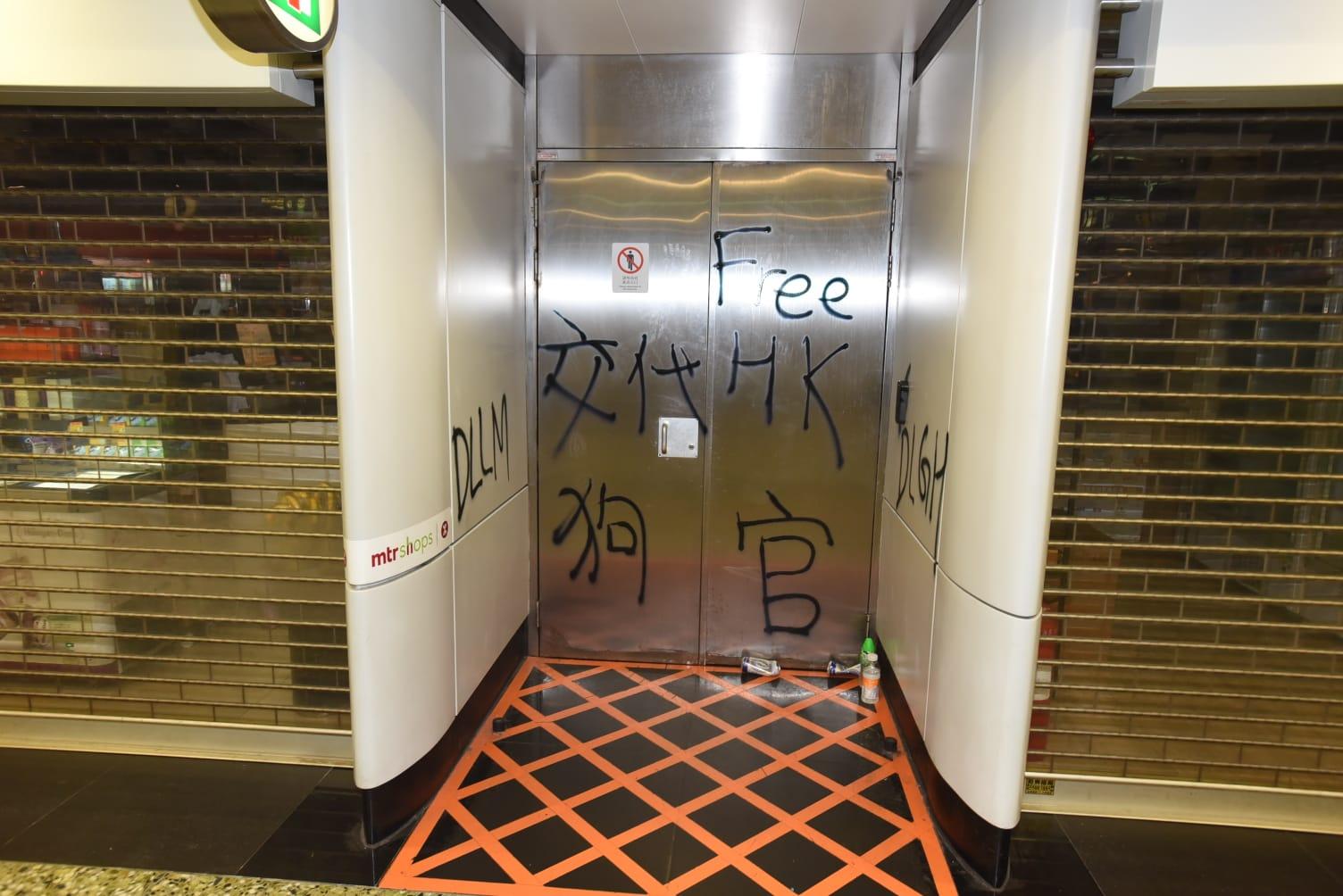 市民圍葵芳站要求港鐵交代催淚彈事件。