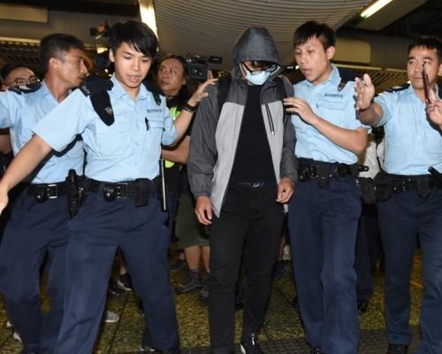 市民圍葵芳站要求港鐵交代催淚彈事件 一男子涉傷人被捕