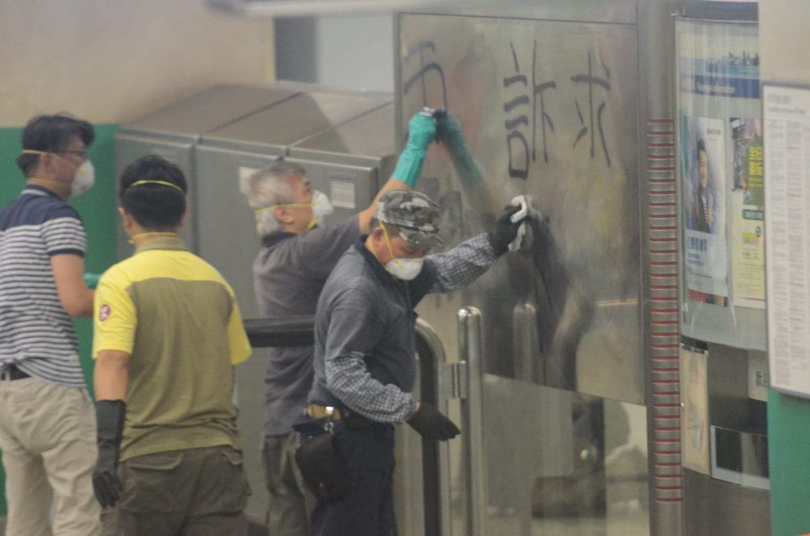 有工人到場清理塗鴉。 蔡楚輝攝
