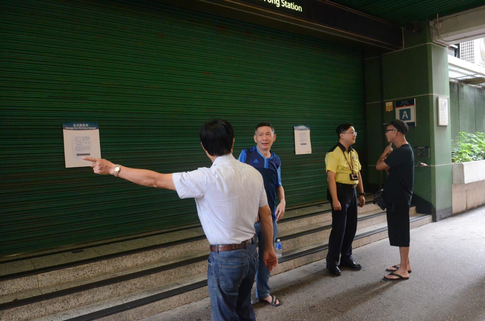 有職員到場指示市民經其他出入口進入站內。 蔡楚輝攝