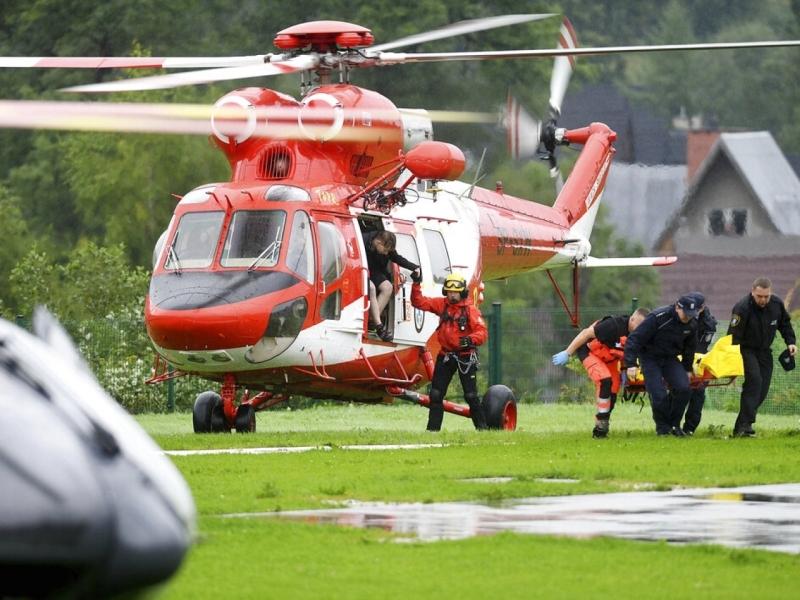 波蘭山區遇雷擊,救援人員以直升機將傷者送院。AP