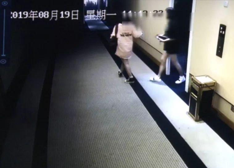 兩名女子事後被警員帶走。 微博圖