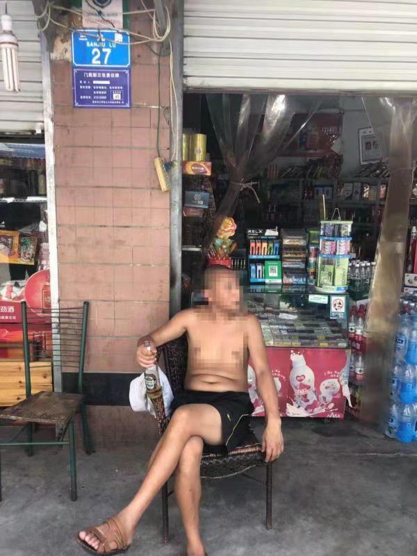 重慶一名男子報警指被人盜取啤酒,警員到場後發現男子是一宗盜竊案的疑犯。網圖