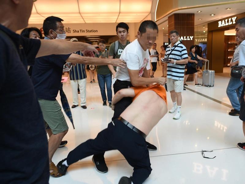 白衣國徽男與一名男子發生衝突。