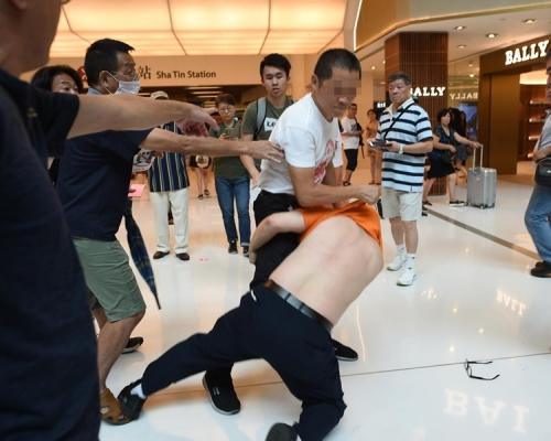 「銀髮族」發起罷買行動 白衣國徽男撕「連儂牆」爆衝突