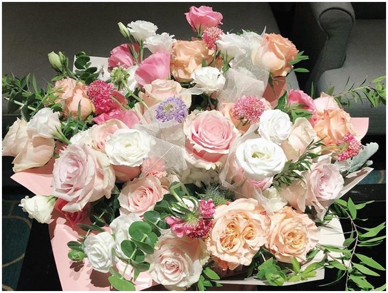 郎朗送大紮玫瑰花。網圖