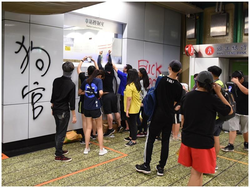 昨晚有示威者破壞葵芳站。資料圖片
