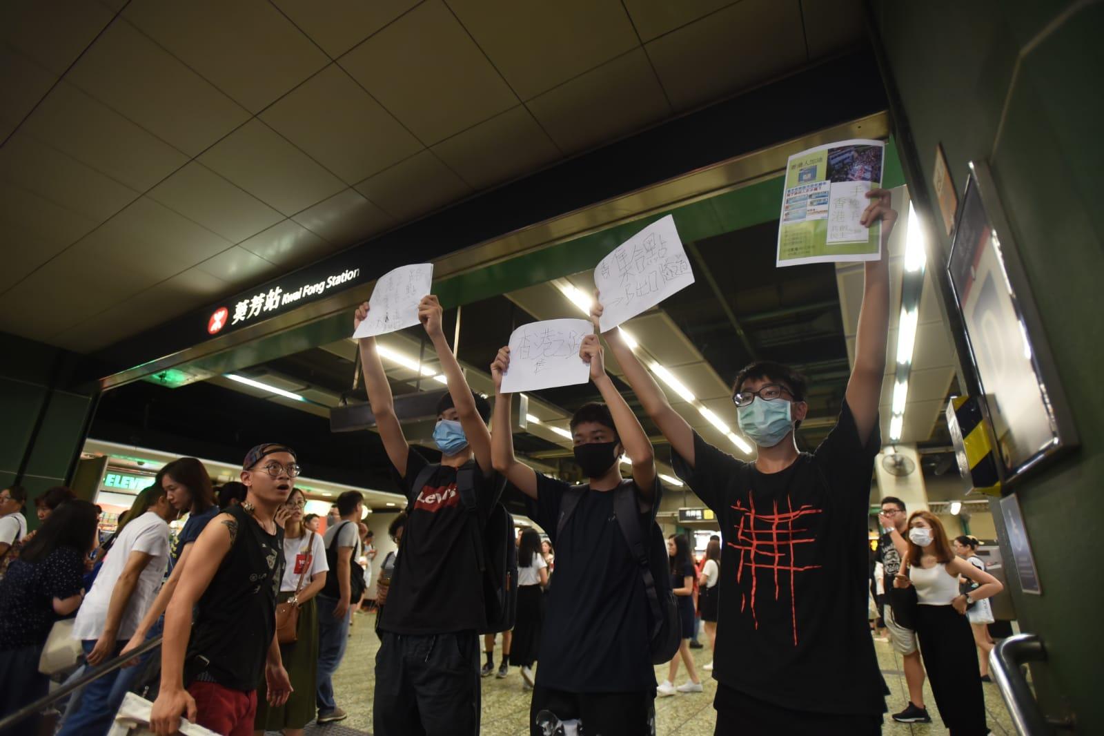 晚上有示威者到葵芳站外表達不滿。