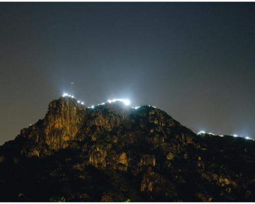 【香港之路】獅子山頂亮燈海 山下黃大仙人鏈沿龍翔道排開