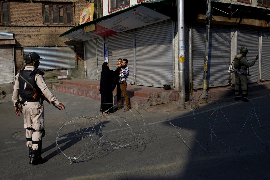 印控克什米爾有反對分子呼籲民眾到聯合國軍事觀察員辦公室示威,當局加強巡邏。 AP