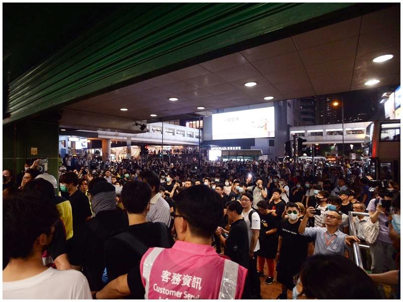 A出口及D出口仍聚集大量市民。