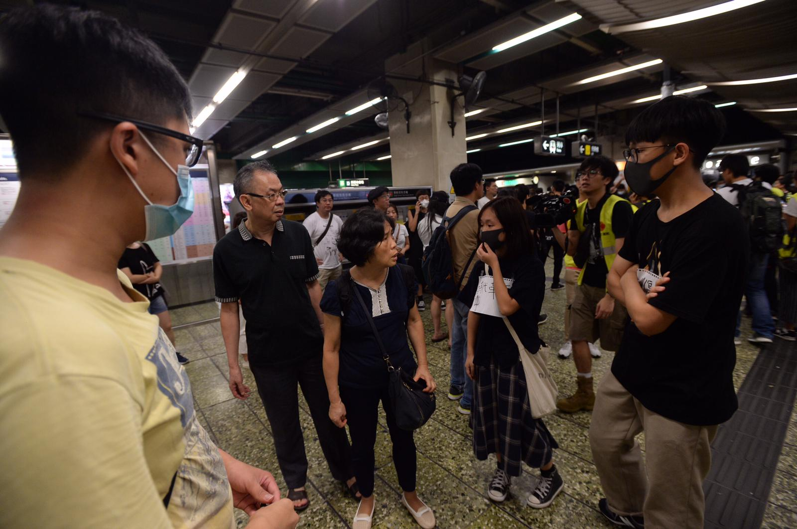 【葵芳站落閘】市民湧入站內叫囂職員報警 至晚上11時終關閉全部出入口