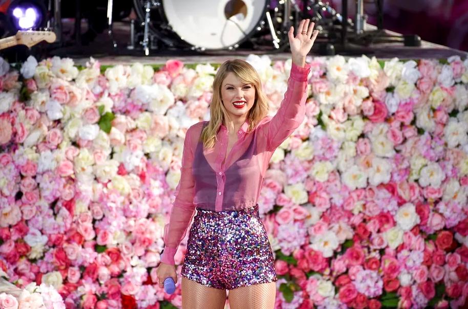 Taylor Swift力谷其新專輯,在紐約中央公園獻唱新曲。AP