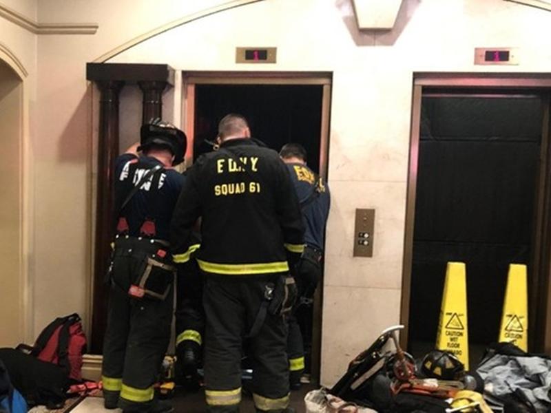 一名男子走出電梯時,電梯突然下降,導致他整個人被卡在電梯與樓板之間。網圖