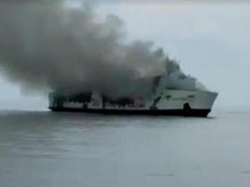 印尼一艘渡輪在爪哇島海岸附近起火。網圖