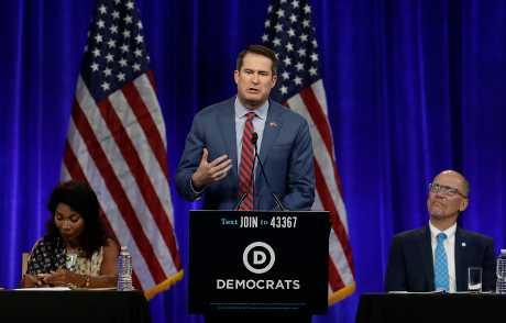 摩爾頓(中)將在民主黨全國委員會發表的談話中,正式宣布中止競選活動。AP