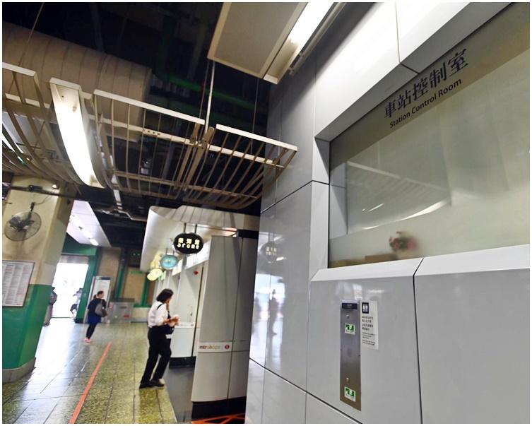 一度被示威者貼上標語的車站控制室已完成清理。