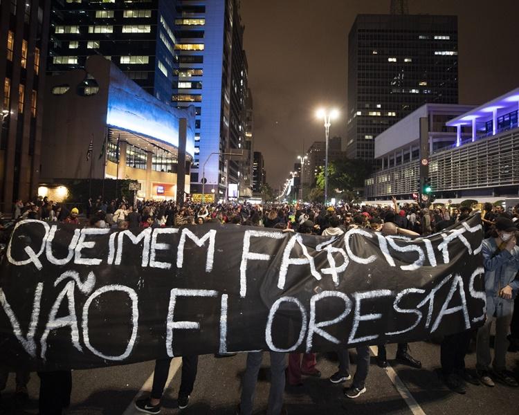 巴西市民上街抗議博爾索納羅應對山火不力。AP